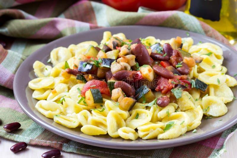 Italiensk pastaorecchiette med ragu av grönsaker och bönor royaltyfri fotografi