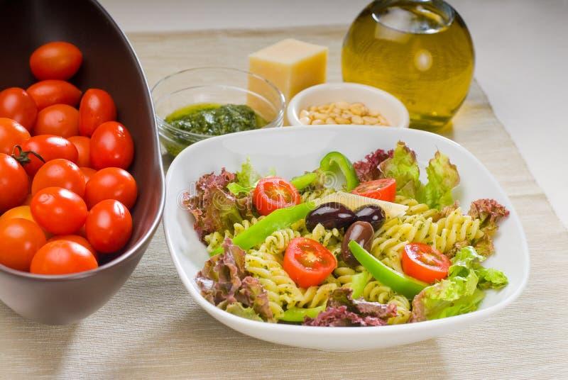 italiensk pastasallad för fusilli arkivfoto