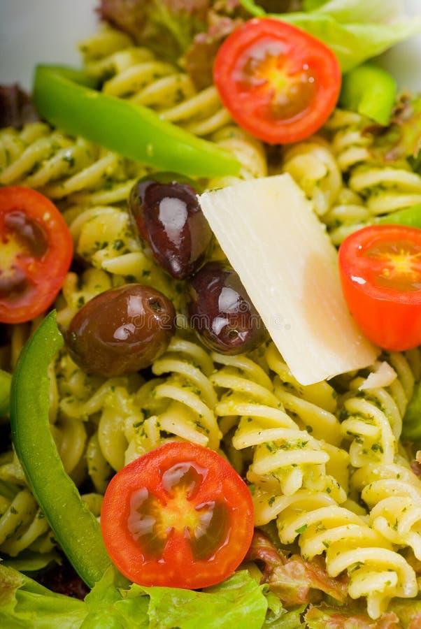 italiensk pastasallad för fusilli arkivfoton
