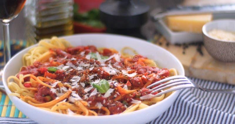 Italiensk pastaspagetti, linguine med tomatsås royaltyfri fotografi