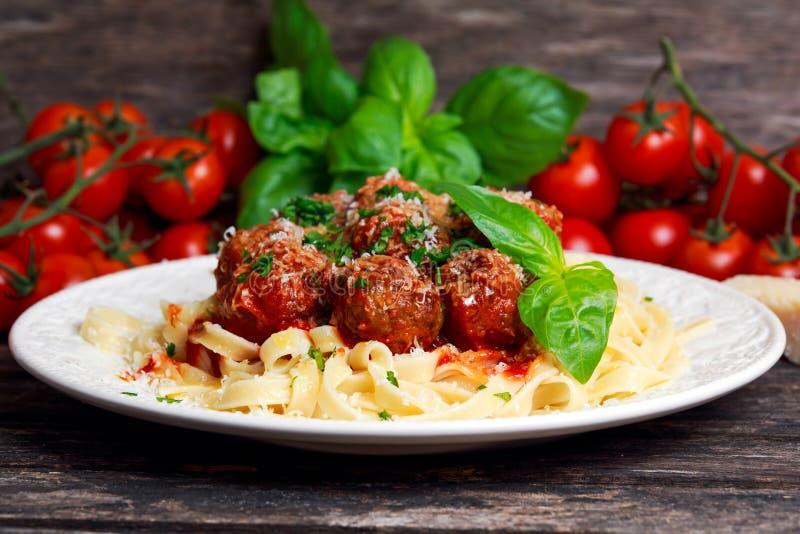 Italiensk pastaspagetti med köttbullar i tomatsås royaltyfri bild
