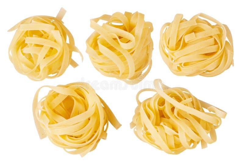 Italiensk pastatagliatelle bygga bo isolerat på vitbakgrund arkivbilder
