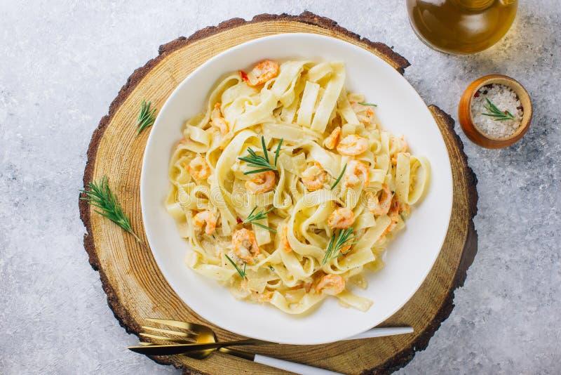 Italiensk pastatagliatelle i en krämig sås med räka royaltyfria bilder