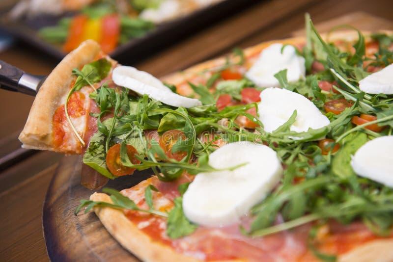 Italiensk pizza med buffelmozzarellaost och parma skinka royaltyfri fotografi
