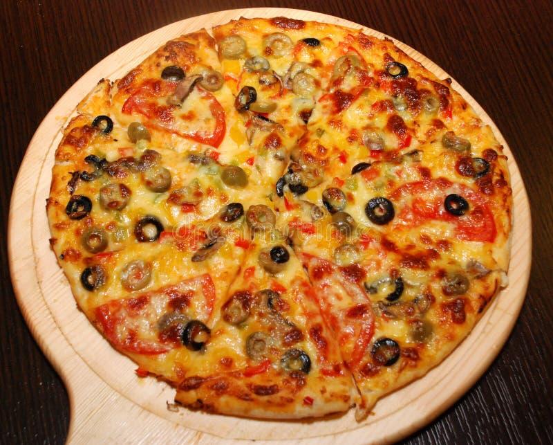 Italiensk pizza med champinjoner och olivgrön royaltyfri fotografi