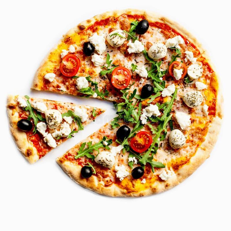 Italiensk pizza med mjuk ost och gräsplanarugula som isoleras på vit bakgrund royaltyfri fotografi
