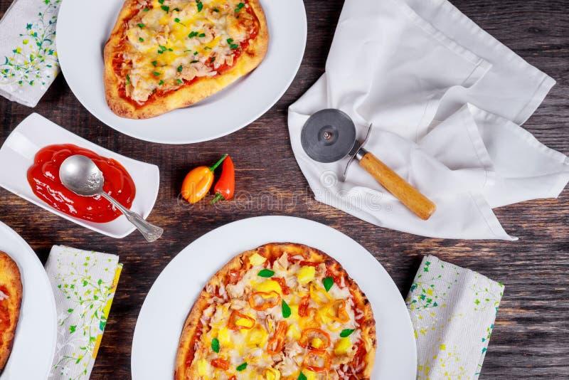 Italiensk pizzarestaurangmeny - margarita och Salmon Pizza Pizzamatställe pizza tjänade som på träbästa sikt för tabell royaltyfri bild
