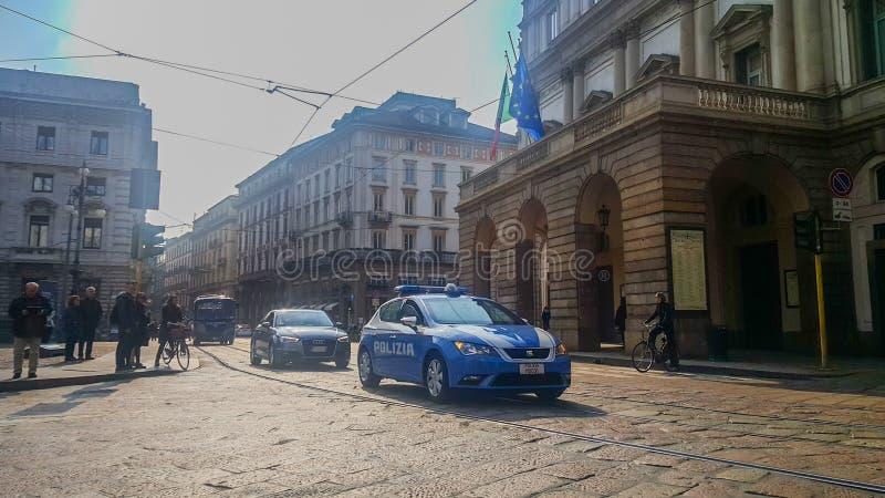 Italiensk polisbil som är främst av regeringbyggnad arkivbild