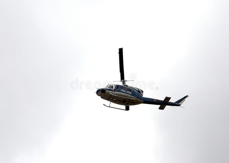 Italiensk polishelikopter som flyger över staden arkivbild