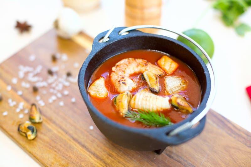 Italiensk restaurangkokkonst, sund matvaruaffärskaldjursoppa arkivfoto