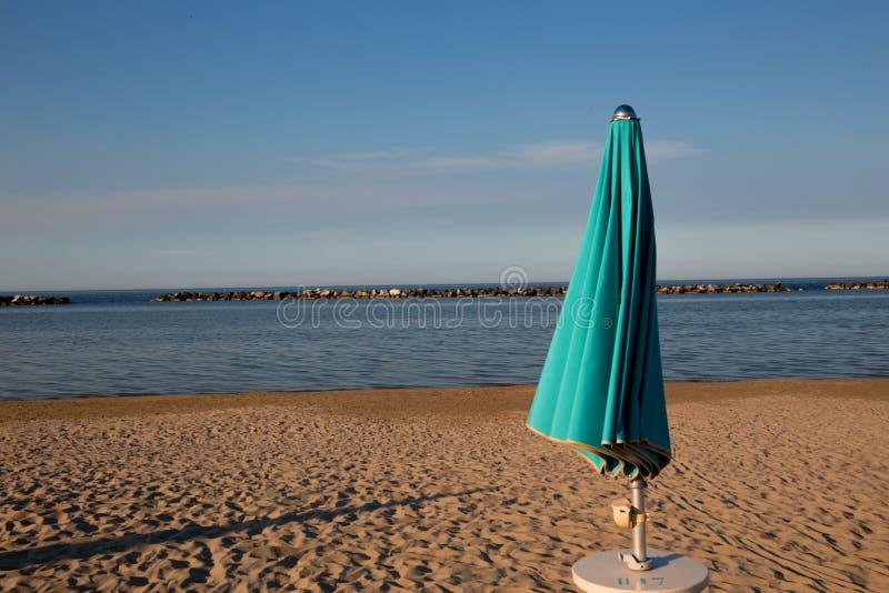 Italiensk sommar på Adriatiskt havet: tyipical italienska Riviera Romagnola strandklubbor med sunbeds och strandparaplyer med typ arkivbild