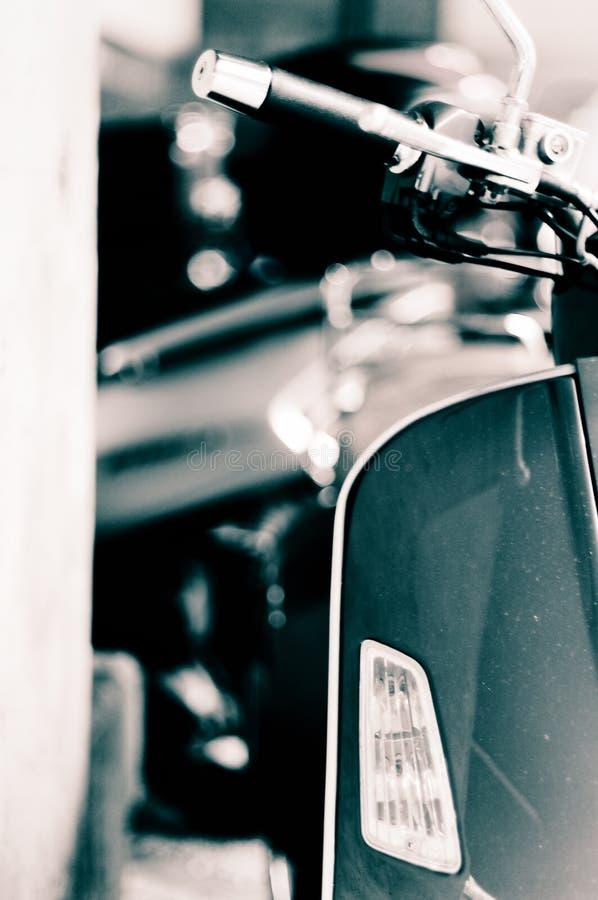 italiensk sparkcykelvespa royaltyfri foto