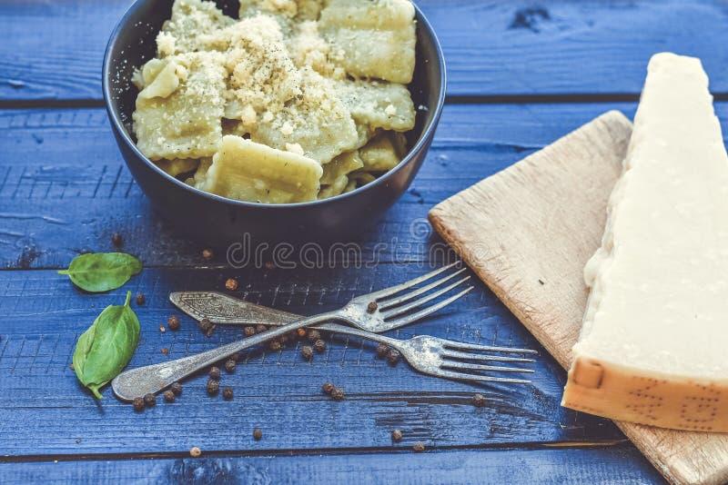 Italiensk spenat- och ricottaravioli Ny hem- gjord pasta royaltyfri fotografi