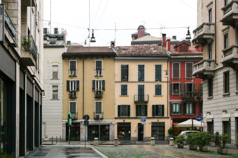 Italiensk stadsgata med färghus royaltyfri fotografi