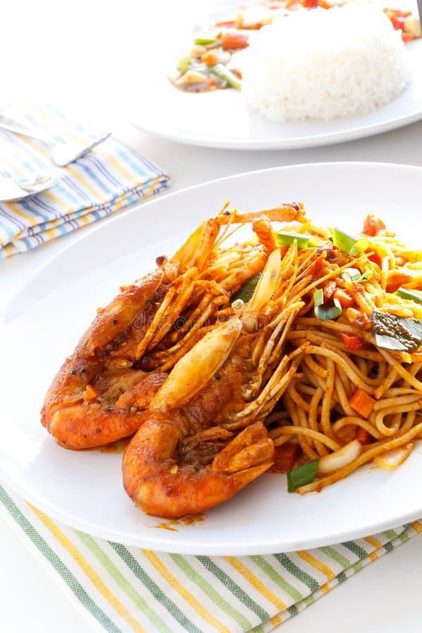 Italiensk thailändsk småfisk för uppståndelse för fusionmatspagetti med thailändsk kryddig royaltyfria foton