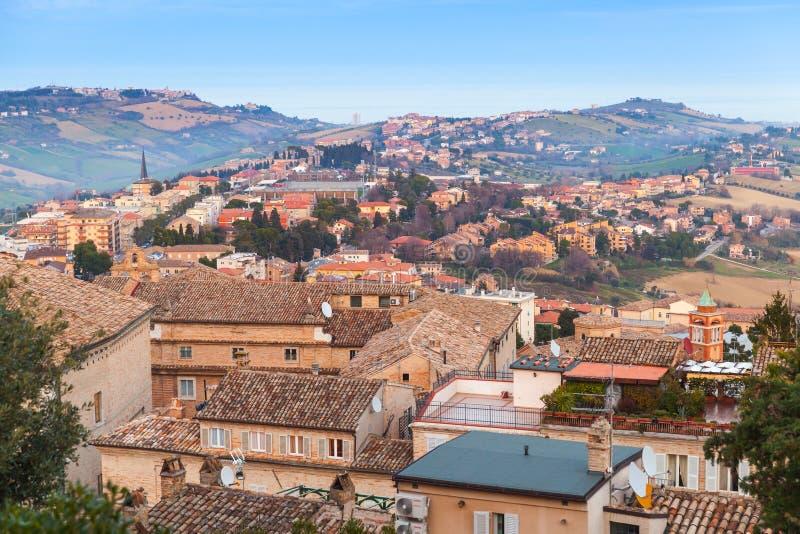 Italiensk Town Landskap av Fermo, Italien arkivfoton