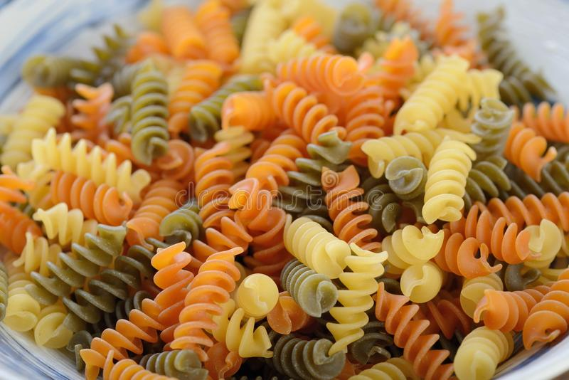 Italiensk uncookFusilli pasta arkivfoton