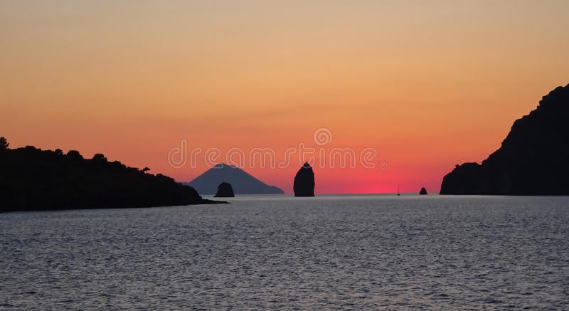 Italienska öar efter solnedgång på skymning royaltyfri bild