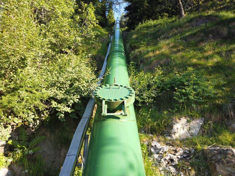 Italienska Alps italy Tvungen vattentrumma som bär vatten från fördämningen till kraftverket för kraftgenerering arkivbilder