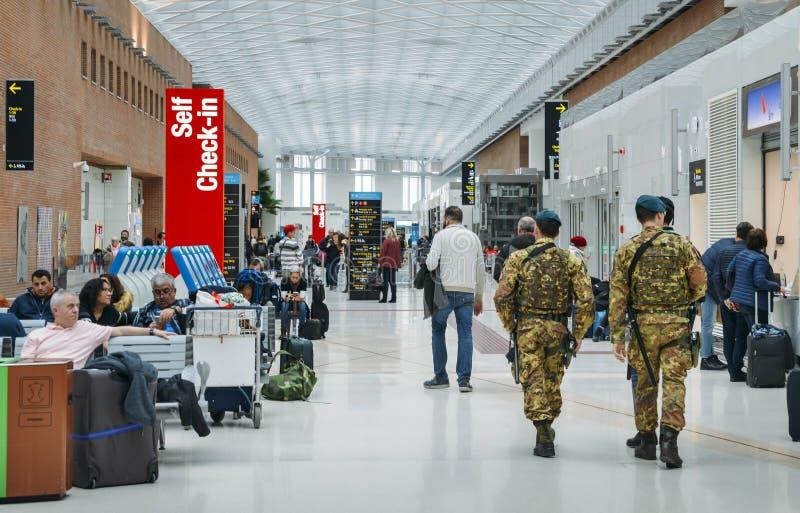 Italienska armésoldater patrullerar passagerarekorridoren på Marco Polo International Airport i Venedig arkivbilder