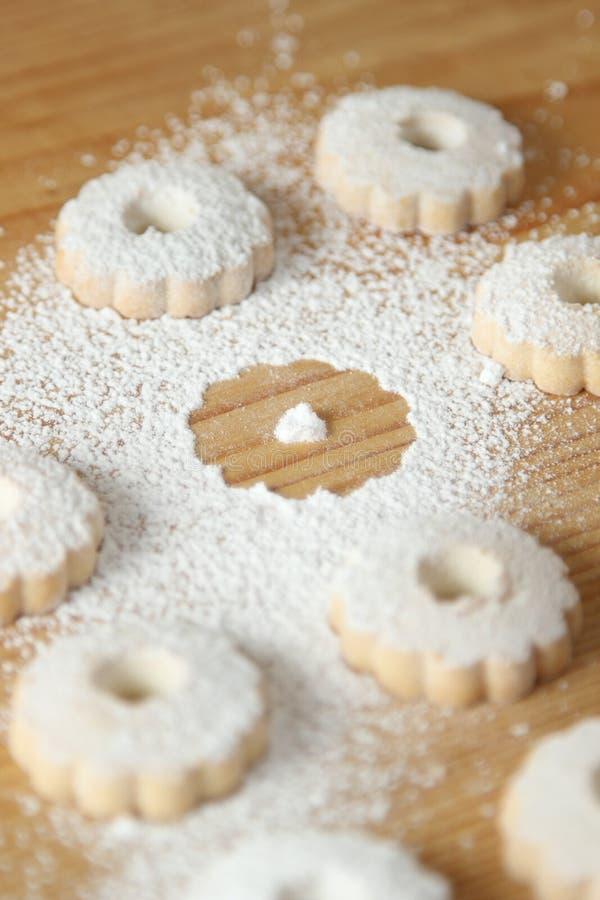 Italienska canestrellikex som strilas med pudrat socker med en saknad kaka arkivfoton