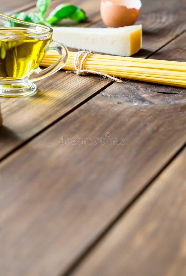 Italienska carbonaraingredienser på träbakgrund royaltyfria bilder