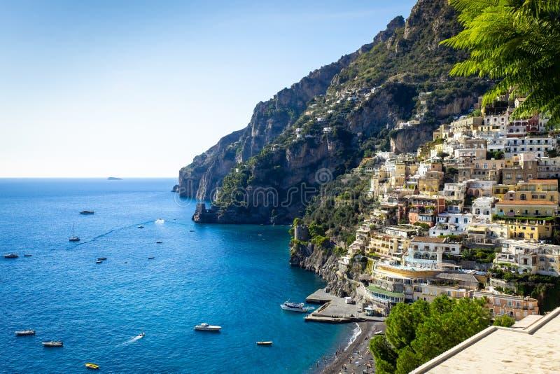 Italienska ferier - strand av Positano - scenisk Amalfi kust royaltyfria foton