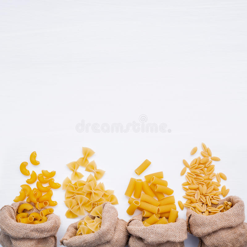 Italienska foods begrepp och menydesign Olik sort av pasta El fotografering för bildbyråer