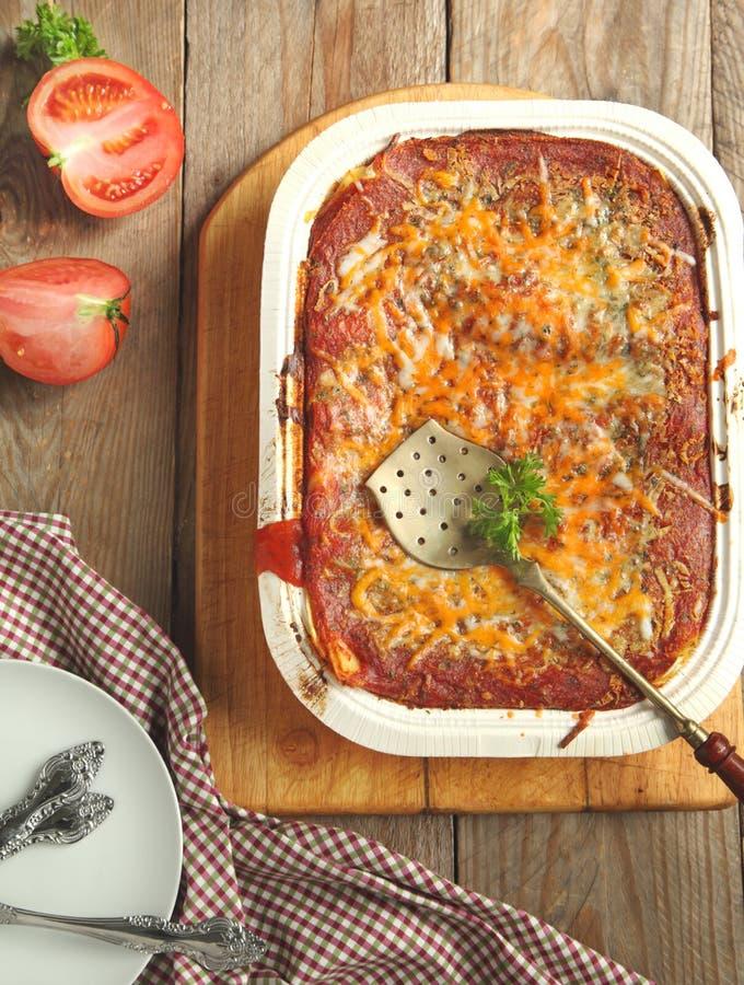 Italienska köttlasagner i bakningmaträtt royaltyfria foton