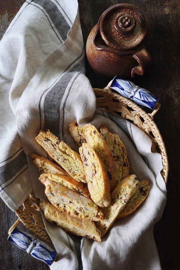 Italienska kex: mandel- och tranbärbiscotti arkivfoton
