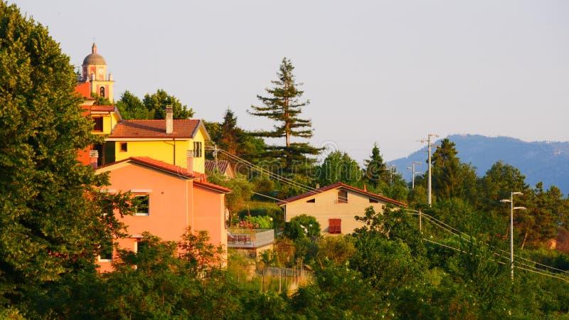 Italienska kullar och bygd arkivfoton