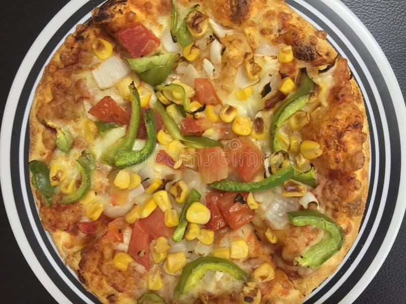 Italienska pizza är alltid en stor fest som ska has royaltyfri fotografi