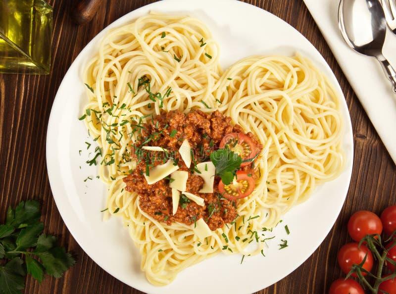 Italienska spagettinudlar - hjärta Shape royaltyfri foto