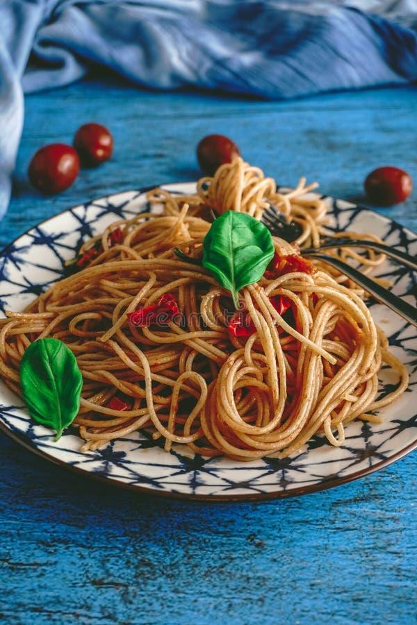 Italienska Spaghetti Pasta med körsbärstomater och Basil arkivbilder