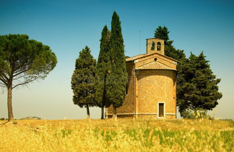 Italienskt lantligt landskap med ett kapell på en kulle fotografering för bildbyråer