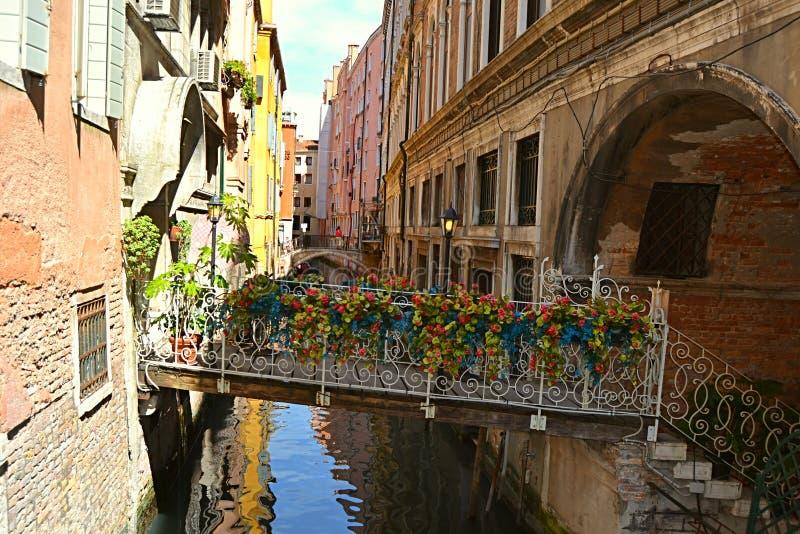 Italienskt ltali, Venezia, storslagna Chanel, turism, gondol, gondoler, gondoljärer, sommar, Adriatiska havet, hav, royaltyfria bilder