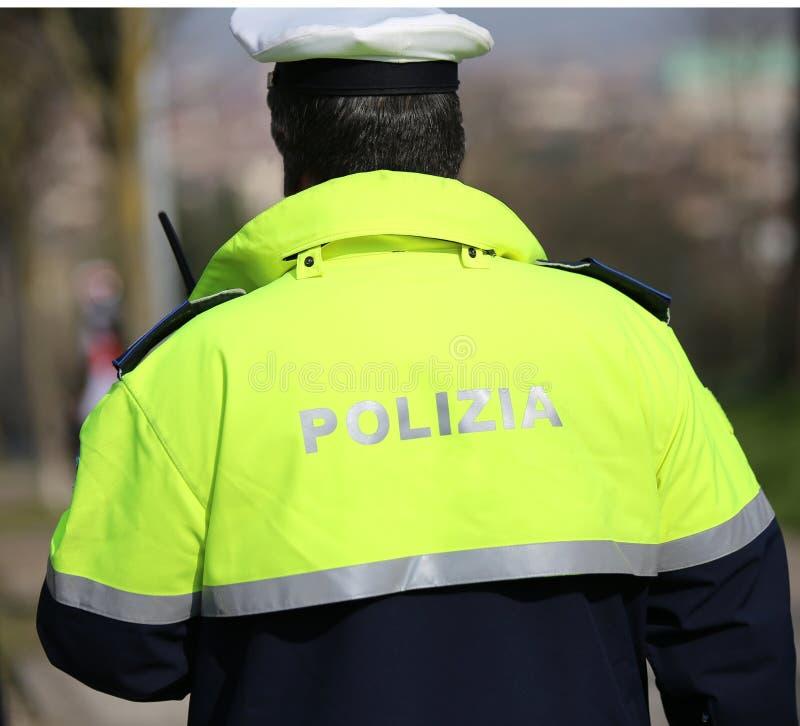 Italienskt polismedel med den höga synlighetslikformign och hatten fotografering för bildbyråer