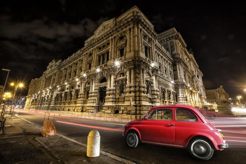 Italienskt rött för gammal bil vid natt Italiensk historisk monument royaltyfria foton