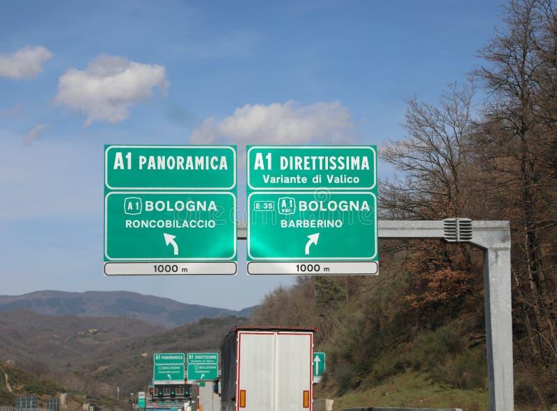 italienskt trafiktecken med två vägar Panoramica eller Direttissima royaltyfri bild