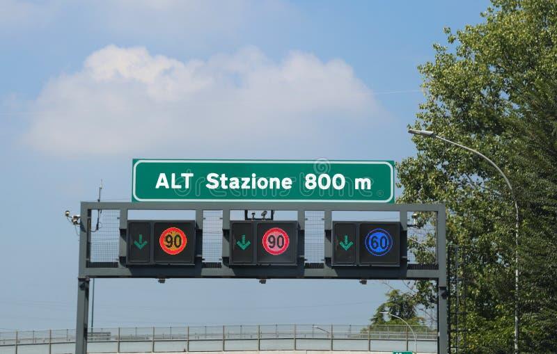 Italienskt trafiktecken på huvudvägen royaltyfri foto