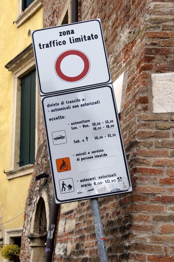 Italienskt trafiktecken som meddelar inskränkta trafikzoner arkivbild
