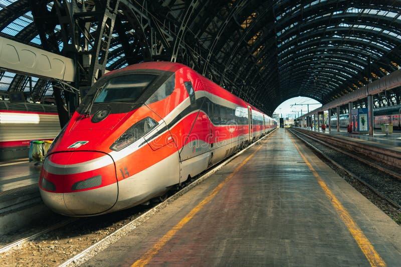 Italienskt Trenitalia Frecciarossa för snabbt drev stopp på Cenen arkivbilder