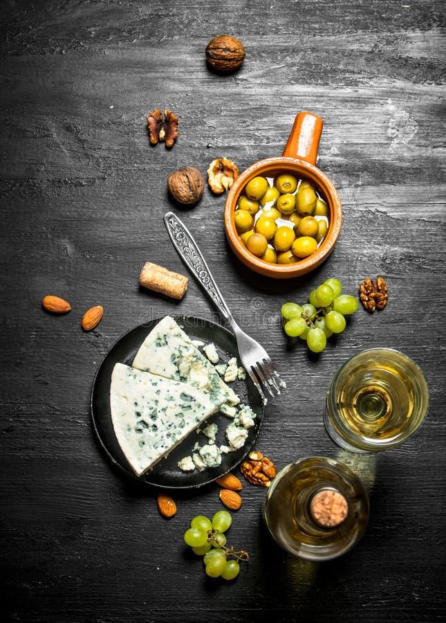 Italienskt vitt vin, aromatisk ost och valnötter arkivfoton