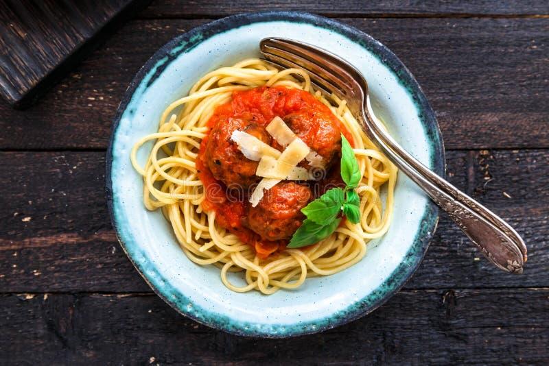 Itallian-Spaghettis und Fleischklöschen und parmegano für Abendessen, Komfortlebensmittel, nahe Ansicht stockfotografie