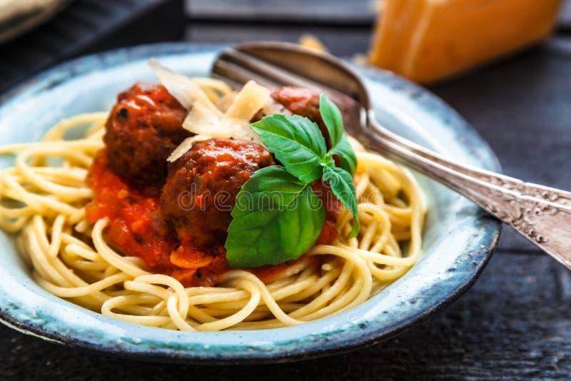 Itallianspaghetti en vleesballetjes en parmegano voor diner, comfortvoedsel, dichte mening royalty-vrije stock foto