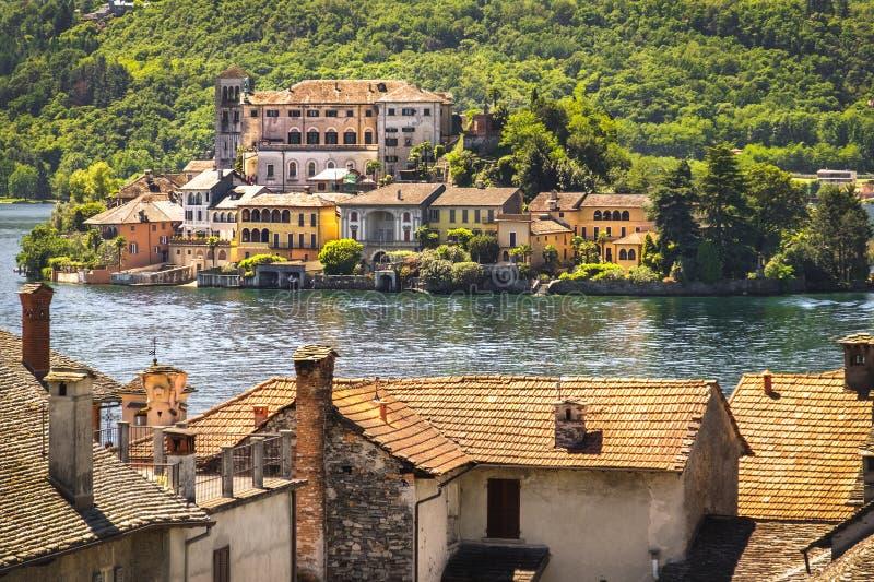 Italy湖绘画喜欢, Orta湖的诺瓦腊圣朱利奥海岛 图库摄影