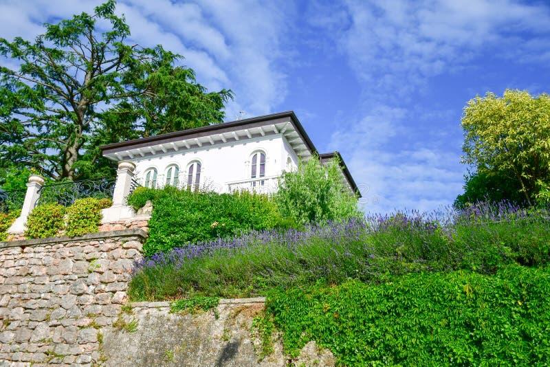 Italy Casa com alfazema no jardim em San Zeno di Montagna fotografia de stock