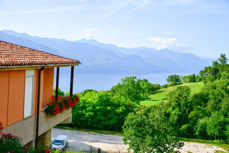 Italy Casa em San Zeno di Montagna ` Do balcão de Garda's do lago imagem de stock