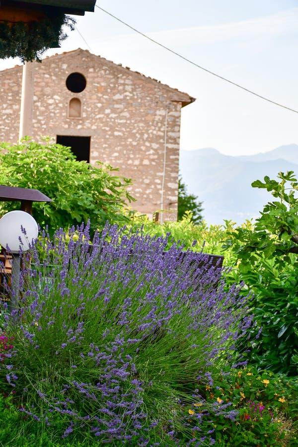 Italy Casa em San Zeno di Montagna ` Do balcão de Garda's do lago imagens de stock