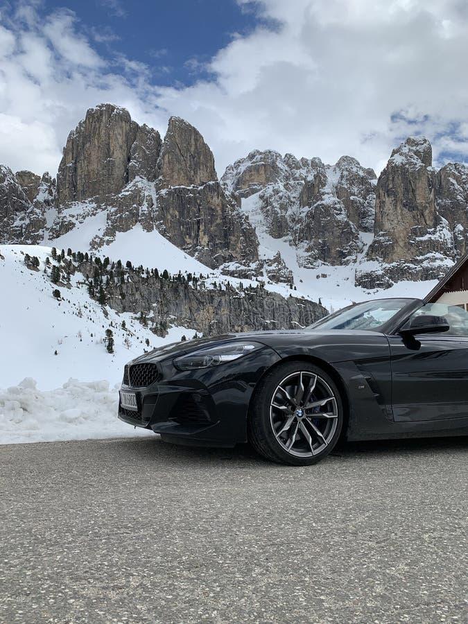 Италия, Доломиты, 10 мая 2019 года: новый кабриолет BMW Z4 M model A припаркован на одной из дорог итальянских Альп, черного цвета. Цвет, спортивная версия, знаменитый снег стоковые изображения